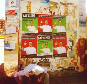 En væg ved indgangen til Gazi: plakater af HDP's Selahattin Demirtas under præsidentvalget i August.