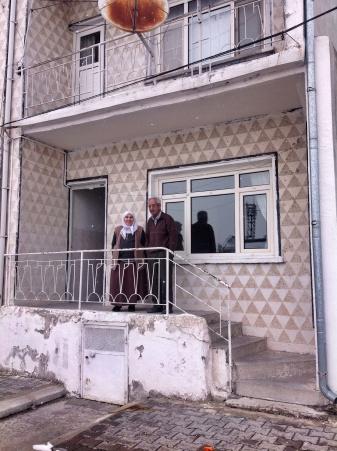 Elif nenem ve Ilyas dedem evlerinin merdivenlerinde