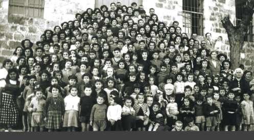 Fuglereden'de Ermeni yetim çocukları, ön sırada (orta sağ) Maria Jacobsen kollarında çocuklar ile.